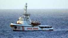 Open Arms ancora al largo di Lampedusa, la Spagna offre un porto sicuro per sbarco