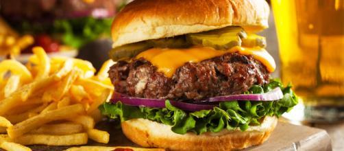 """Alimentación excesiva con """"comida chatarra"""" deteriora la salud."""
