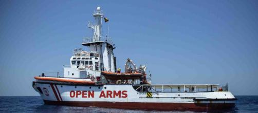 Open Arms, cinque migranti si gettano in mare per tentare di raggiungere Lampedusa.