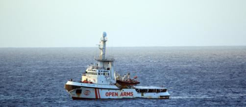 Open Arms a Lampedusa attende di attraccare