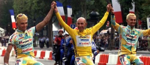 Marco Pantani portato in trionfo al Tour del 1998