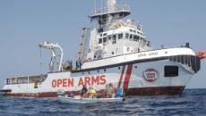 Open Arms, migranti in mare per giungere alla terra ferma, la Spagna chiede lo sbarco