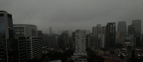 Queimadas e frente fria provocam escurecimento do céu em São Paulo. (Reprodução/Twitter/@leandromota_)