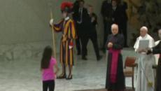 Papa Francesco, bimba sale sul palco: 'Lasciatela fare, Dio parla attraverso i bambini'