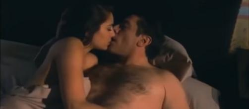 Rogério e Ana Paula dormem juntos (Reprodução/Televisa)
