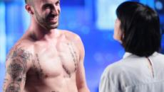 Andreas Muller disinibito in piscina: il ballerino abbassa il costume e mostra il lato B