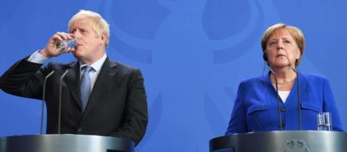 Merkel le da un plazo de 30 días a Johnson para evitar un Brexit duro