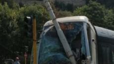 Roma, tram deraglia, si scontra con una vettura e abbatte un palo Acea: nessuna vittima