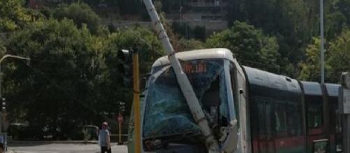 Roma, tram esce dai binari e travolge anche un'automobile: due feriti