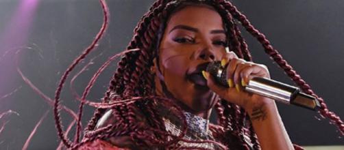 A cantora foi atingida durante a apresentação e revidou. ( Reprodução/ Instagram/ @ludmilla)