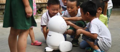 des robots scannent les écoliers
