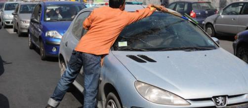 Napoli, automobilista picchiato dal lavavetri