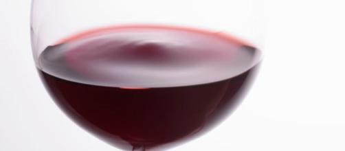 Il vino rosso, secondo lo studio inglese, incrementa la varietà dei batteri salutari intestinali (Canva).
