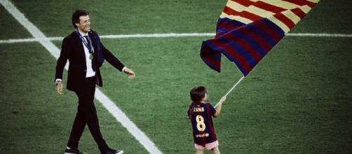 Luis Enrique y su hija pequeña en el césped del Camp Nou. / Twitter