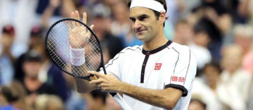 Roger Federer supera il terzo turno ai US Open battendo in tre set Daniel Evans