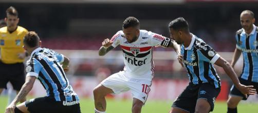 Daniel Alves encarou a forte marcação gaúcha. (Reprodução/Twitter/ São Paulo FC)