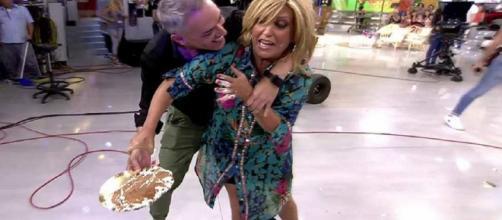 Kiko Hernández da un tartazo a Lydia Lozano en 'Sálvame'. / Telecinco