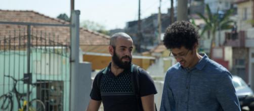 Os atores Henrique Santana (esquerda) e Luis Navarro em cena da série da HBO 'Pico da Neblina'. (Divulgação/HBO)