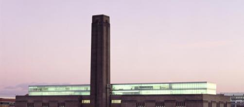 Un adolescente tira a un niño del 10 piso del Tate Garden de Londres