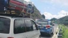 Vibo Valentia, viaggia con materasso e motozappa sul tetto dell'auto: fermato da Polizia