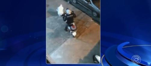 Vídeo flagra policial atingindo rapaz com a moto. (Reprodução/TV TEM)