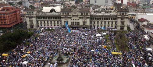 Guatemala, el pueblo exige la renuncia del Presidente por acuerdo migratorio con EEUU. - pueblosencamino.org