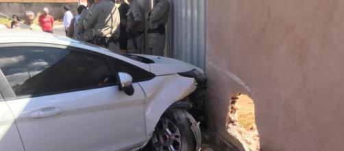 Homem bateu no muro após atropelar as vítimas. (Divulgação/ Polícia Militar).