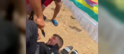 Un vendedor ambulante apuñala en plena playa al jefe de la Policía Local de Punta Umbría. / TWITTER