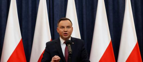 El presidente de Polonia dimite por sus viajes personales en el avión oficial