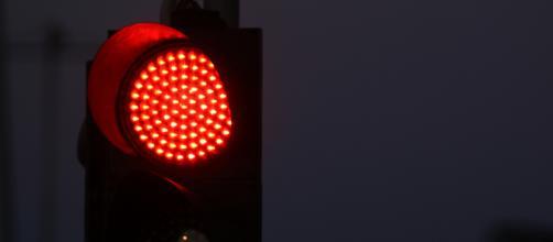 Germania, il padre passa con il semaforo rosso, il figlio di 5 anni chiama la Polizia: 'Arrestatelo'