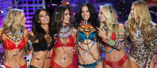 Lo modelle di Victoria's Secret chiedono all'azienda di esporsi contro gli abusi sessuali nel settore moda