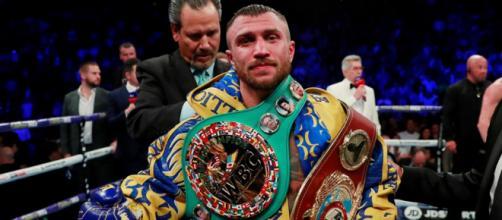 Vasiliy Lomachenko campione del mondo dei pesi leggeri versione WBA, WBO e WBC