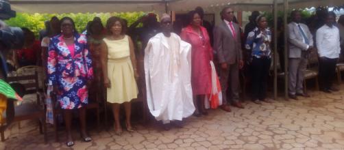 La Maire de Yaoundé 5 offre des dons aux corp enseiganats et au éléves et particuliers (c) Odile Pahai