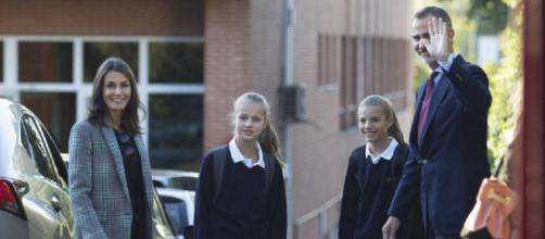 Los Reyes y sus hijas, Leonor y Sofía, en el colegio Nuestra Señora de los Rosales. / EP