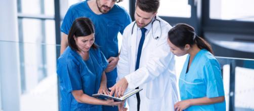 Operatori socio sanitari e infermieri a lavoro.