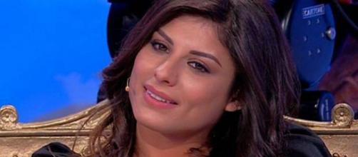 Giulia Cavaglià, ex di Uomini e Donne, ammette il ritocco al naso e posa con Francesco Sole.