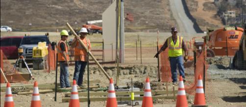Avanza la construcción de los prototipos del muro. - lasillarota.com