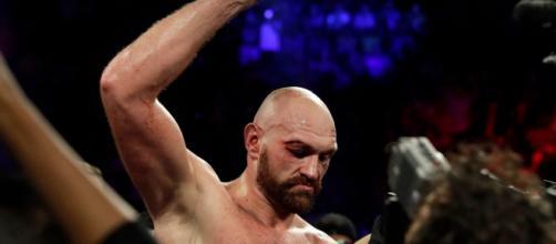 Tyson Fury batte Wallin ai punti nonostante una brutta ferita, facile show per Vianello