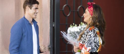 Régis se aproxima de Maria da Paz, que fica mexida com ex. (Reprodução/ TV Globo)