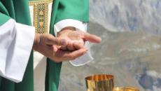 Lecce, sacerdote in crisi di fede lascia l'abito talare davanti ai fedeli attoniti