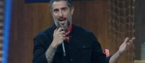 O apresentador também foi confundido com Gugu Liberato, mas saiu-se bem da saia justa. (Reprodução/RecordTV)
