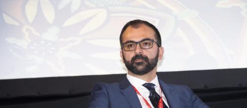 Ministro dell'istruzione Fioramonti: 'Aumento stipendi docenti e abolizione bonus merito'