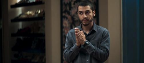 Vivi tenta fugir de Camilo, mas ele dá ultimato na influenciadora. (Reprodução/TV Globo)