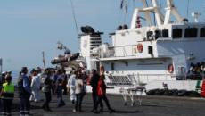 Nuovi sbarchi a Lampedusa, un gruppo di tunisini protesta sull'isola