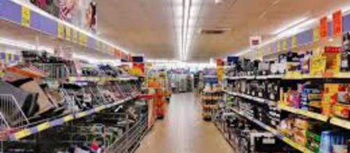 Donna trovata morta in un supermercato: è giallo a Pisa