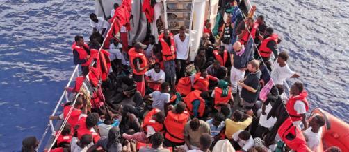 Emergenza migranti, la nave Eleonore forza il blocco ed entra in acque italiane