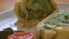 Rotolo di patate bicolore, un piatto sfizioso con spinaci e formaggi