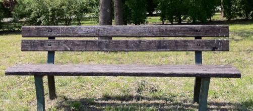Cremona, rapporto in piena notte su una panchina di un parco giochi: denunciata una coppia