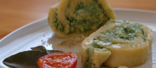 La ricetta del rotolo di patate con ricotta e spinaci bicolore.