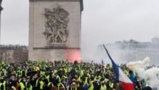 Gilet gialli, a Parigi di nuovo proteste e scontri sugli Champs-Élysées